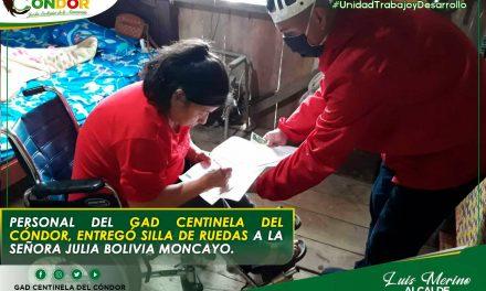 PERSONAL DEL GAD CENTINELA DEL CÓNDOR, ENTREGÓ SILLA DE RUEDAS A LA SEÑORA JULIA BOLIVIA MONCAYO.